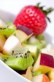 Salade de fruits du régime alimentaire en plaque blanche — Photo