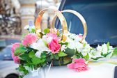 White wedding car decorated with flowers — Stock Photo