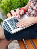 Człowiek pisania na laptopa. — Zdjęcie stockowe
