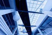 Interior empresarial moderno, com teto de vidro em tons de azuis — Fotografia Stock
