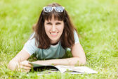 Beleza sorrindo livro mulher de leitura ao ar livre — Foto Stock