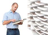 Muž a knihy — Stock fotografie
