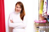 Junge Frau in einem Geschäft Kleidung kaufen — Stockfoto