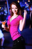 Genç bir kadın gece kulübü disco eğlenmek — Stok fotoğraf