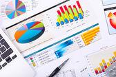 Grafiken, diagramme, business tisch. — Stockfoto