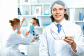 Young scientists working in laboratory — Foto Stock