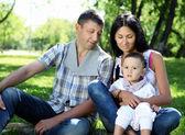 Rodzina razem w parku lato — Zdjęcie stockowe