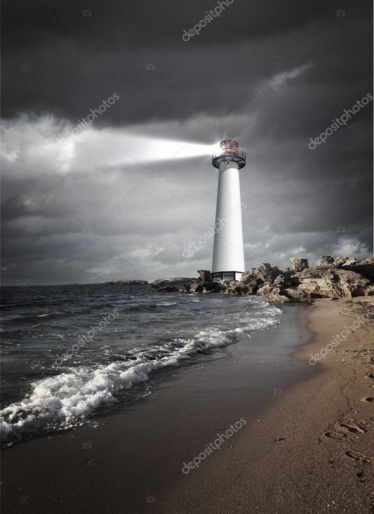强光束的一座灯塔的图像 — 照片作者 sergeynivens