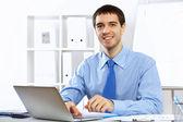 Mladý podnikatel v kanceláři — Stock fotografie