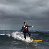 Giovane imprenditore surf sulle onde — Foto Stock