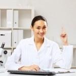 joven doctora en uniforme blanco — Foto de Stock