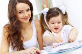 Anne ve kızı okuyan — Stok fotoğraf