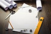 Nástroje a papíry s náčrtky — Stock fotografie