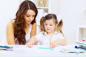 小さな女の子と彼女の母親の勉強 — ストック写真