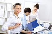 Giovani imprenditori lavorano insieme — Foto Stock