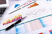 Finanzielle papiere auf den tisch — Stockfoto