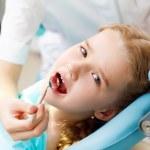 Little girl visiting dentist — Stock Photo #12260316