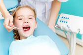 Little girl visiting dentist — Stok fotoğraf