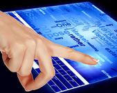 палец, касающийся экрана голубой компьютера — Стоковое фото