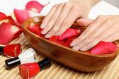 Kobieta robi manicure — Zdjęcie stockowe