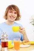 お茶を飲む若い幸せな男 — ストック写真