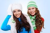 两个女孩在冬季帽子和围巾 — 图库照片