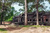 Paisaje de verano con un antiguo edificio en el angkor wat — Foto de Stock