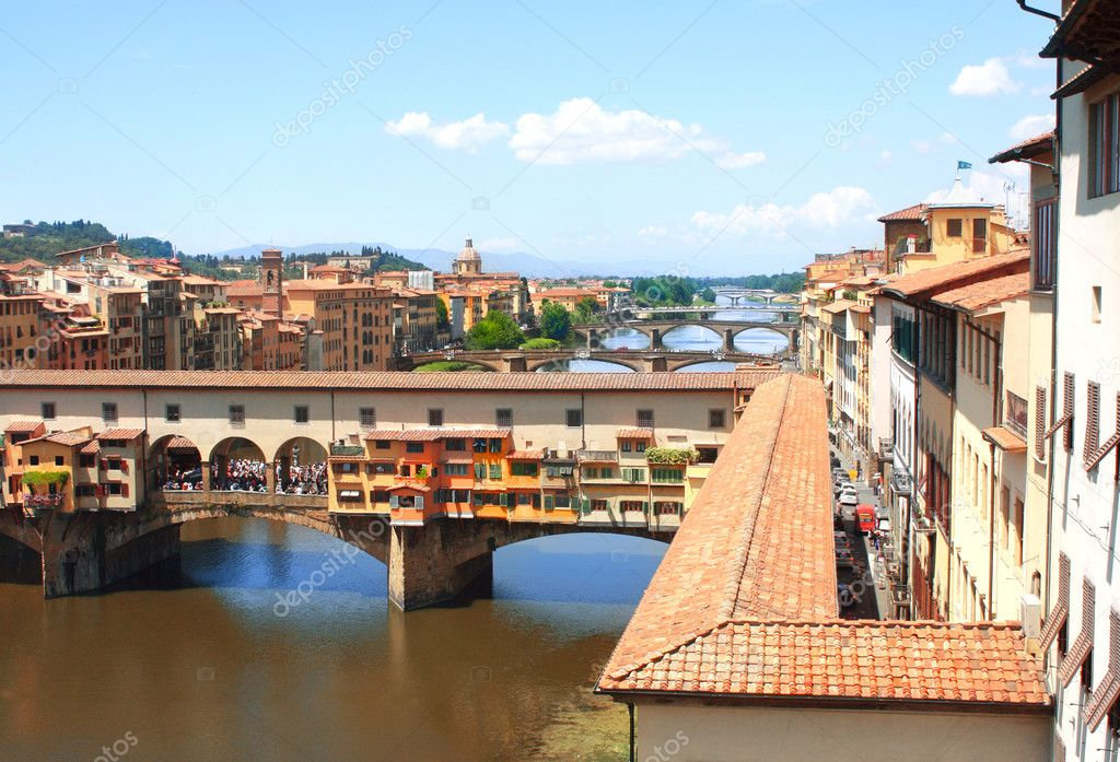 Ponte Vecchio and Corridoio Vasariano. View from window of the Galleria degli Uffizi — Stock Photo #11648616