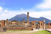 Ruins of Pompeii and volcano Mount Vesuvius — Stock Photo