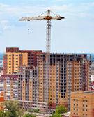 Gebäude im Bau mit Kran über blauer Himmel Hintergrund — Stockfoto