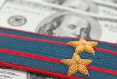 Pasek na ramię rosyjskiej policji na tle pieniędzy — Zdjęcie stockowe
