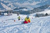 Snowboardåkare i bergen i zell am finns. österrike — Stockfoto