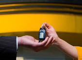 Araba anahtarı ile el — Stok fotoğraf