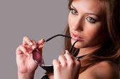 Kadın gözlük kullanmak — Stok fotoğraf