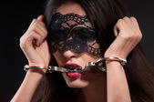 Femme dans un masque noir — Photo