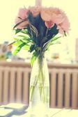 Haufen pfingstrosen in vase — Stockfoto
