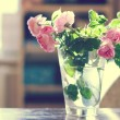 Bunch of roses in vase - Stockfoto