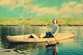 Tekne içinde yakışıklı adam — Stok fotoğraf