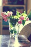 Bos van rozen in vaas — Stockfoto
