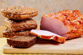 Pokrojone plasterki szynki i chleb — Zdjęcie stockowe