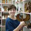 Tourist chooses souvenir in egyptishop — Stockfoto #11498542