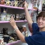 Woman chooses souvenirs cup — Stock Photo