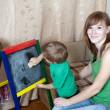 kadın ve çocukların tahtaya çizer — Stok fotoğraf