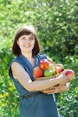 Chica feliz con la cosecha de manzanas — Foto de Stock