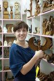 Tourist chooses souvenir in egyptian shop — Stock Photo