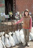 Giardiniere femminile sceglie germogli — Foto Stock