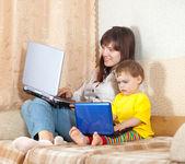 幸せな母と子のノート パソコン — ストック写真