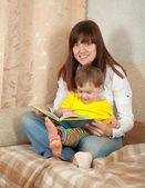 Anne ve kızı okuma kitabı — Stok fotoğraf