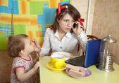 Mutter baby füttern und mithilfe latop — Stockfoto