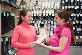 Dos mujeres en la tienda de zapatos — Foto de Stock